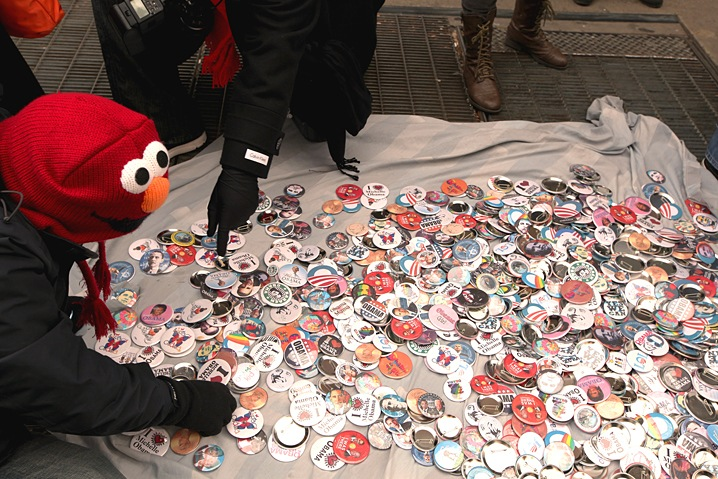 Elmo Loves Buttons
