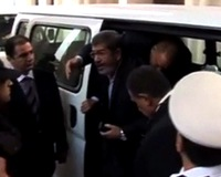 Ousted Egyptian President Morsi strikes defiant tone on first day in court