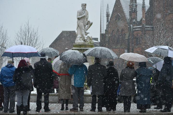 Remembering Robert Burns, national poet of Scotland, with windowpanes of words | Art Beat: PBS NewsHour